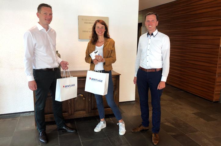 Uebergabe der Sticker an Bielefeld Marketing